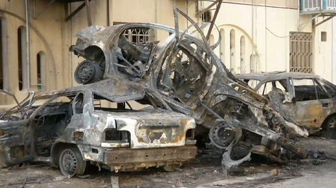 أهالي بغداد يعاينون الاضرار التي خلفتها سلسلة انفجارات الخميس