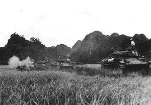 Colonne de chars français lors de la bataille de Diên Biên Phu, dans le nord du Vietnam actuel, en avril 54