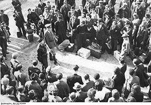 « Candidats » au STO triés par des soldats allemands, Paris 1942