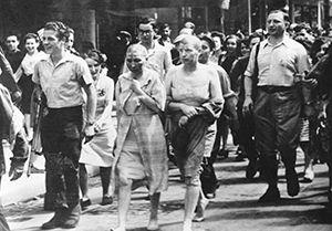 Soupçonnées d'avoir collaboré, des Françaises sont tondues dans les rues de Paris en 1944