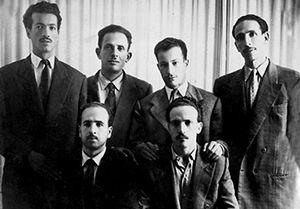 « Groupe des six » dirigeants historiques du FLN, le 1er novembre 1954, avant le début de la guerre d'Algérie (Assis, de gauche à droite : Krim Belkacem et Larbi Ben M'hidi / Debout, de gauche à droite : Rabah Bitat, Mostefa Ben Boulaïd, Didouche Mourad et Mohamed Boudiaf)