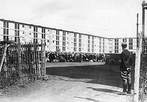 C'est au camp de Drancy, dans la banlieue de Paris, que les Juifs français ont été internés, d'août 1941 à août 1944, avant leur déportation vers les camps d'extermination