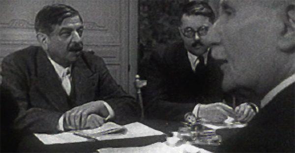 Pierre Laval (à gauche) et Philippe Pétain (à droite),1943
