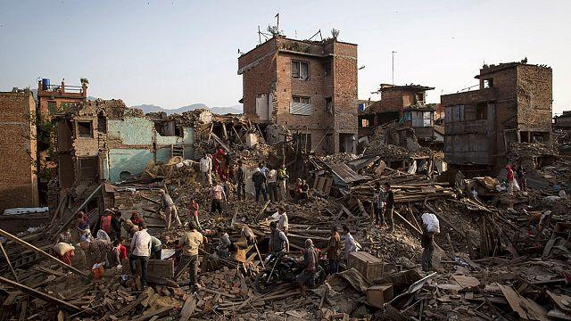 انتشال مزيد من جثث ضحايا زلزال النيبال وحرقها