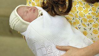 Royal baby davanti alle telecamere. Kate, William e la piccola a Kensington