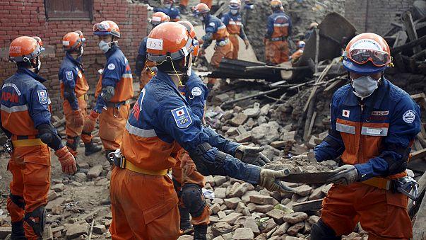Éheznek a földrengés túlélői Nepálban