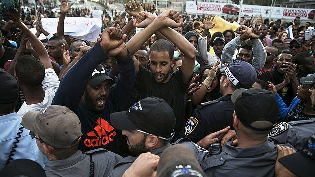 الاف اليهود من أصل إثيوبي يتظاهرون وسط تل أبيب