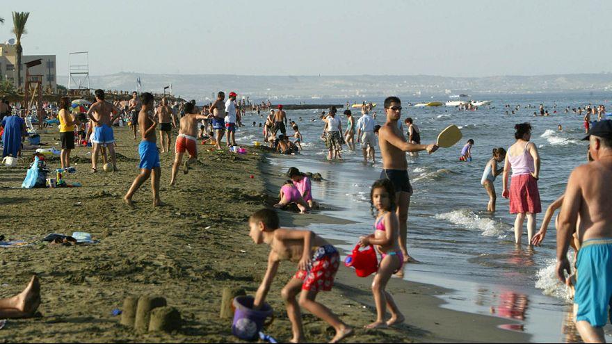 Κύπρος: Online κρατήσεις για... ξαπλώστρες και ομπρέλες στις παραλίες!