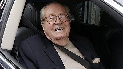 """Suspenso da Frente Nacional, Jean-Marie Le Pen denuncia """"traição"""" da filha"""