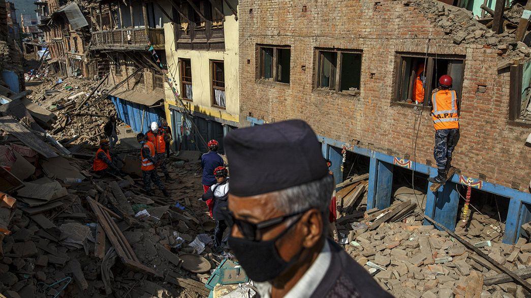Ajuda começa a chegar a regiões remotas do Nepal