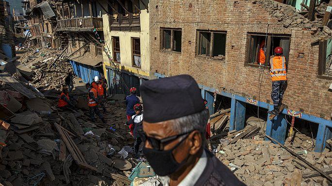 Élelemre várnak Nepálban a földrengés után