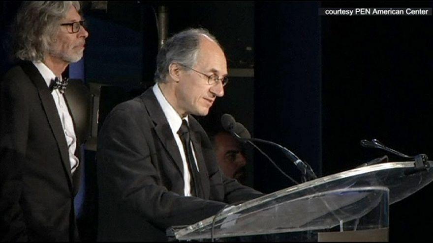 انجمن قلم با اهدای جایزه از هفته نامه شارلی ابدو تقدیر کرد