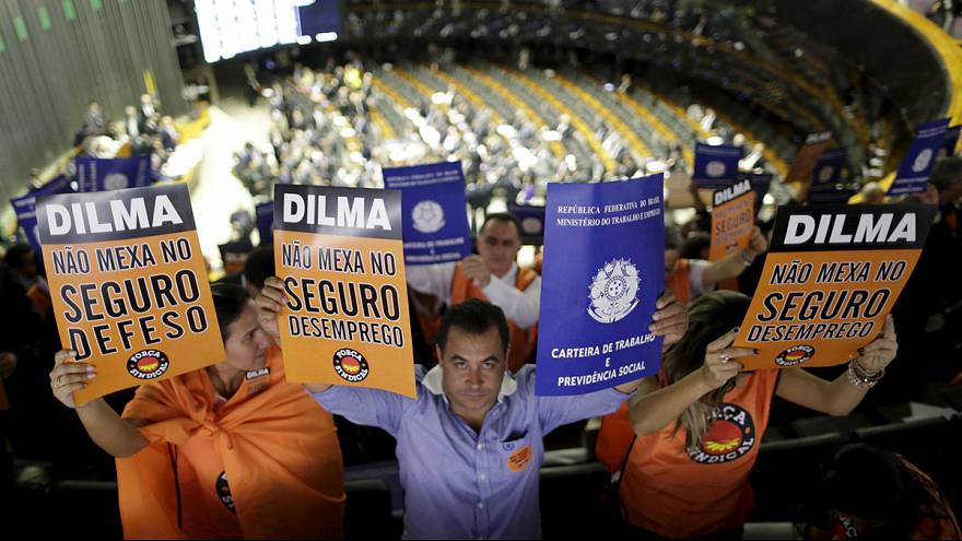 "Brasileiros ""batem panelas"" contra Dilma Rousseff"