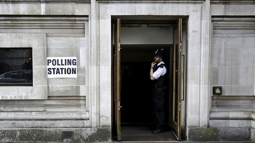 مراكز الاقتراع في بريطانيا تفتح أبوابها أمام ملايين الناخبين للإدلاء بأصواتهم في الانتخابات العامة.