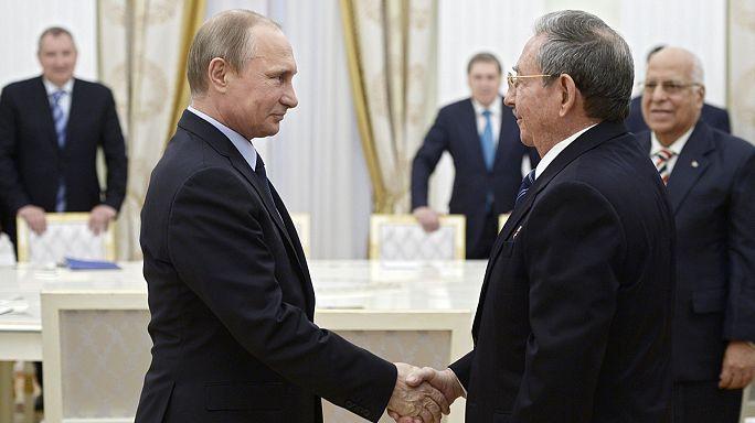Küba Başkanı Castro Zafer Günü kutlamaları için Rusya'da