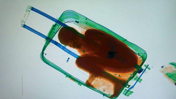 Fotos: un niño de 8 años intenta entrar en España escondido en una maleta