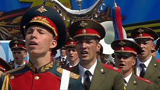 Katonák énekelnek a moszkvai győzelem napi parádén.