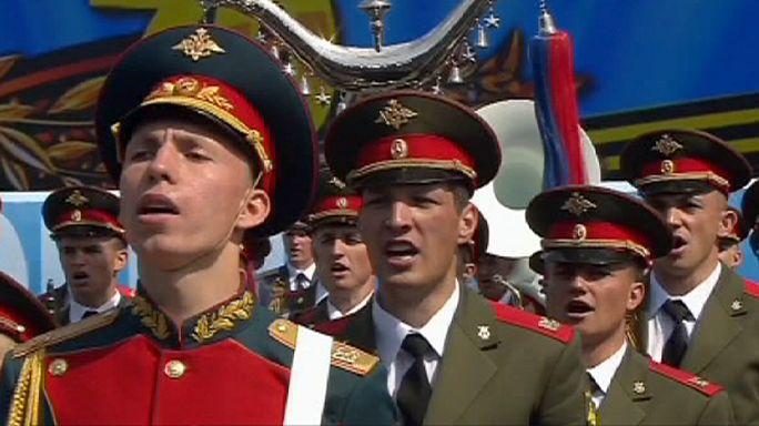 Des soldats chantent alors que la Russie célèbre la victoire de 1945