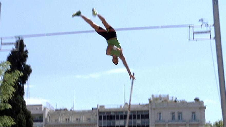 Las calles de Atenas se llenan de saltadores con pértiga