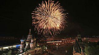 Pompöses Feuerwerk beendet Weltkriegsgedenken in Moskau