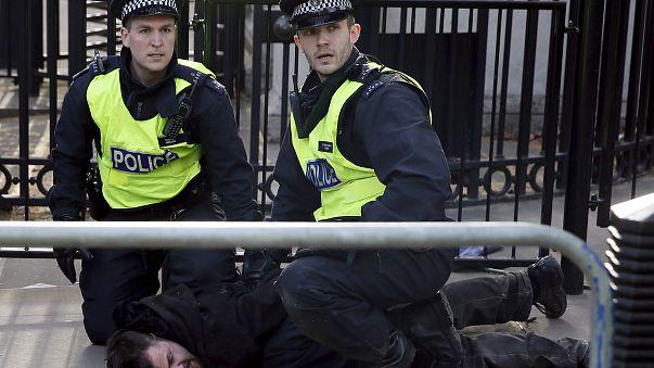 Londra'da başbakanlık konutu önünde çatışma
