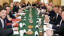 كاميرون يترأس أول اجتماع للحكومة الجديدة