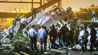 Treno deraglia a Philadelphia: almeno 5 morti e una cinquantina di feriti