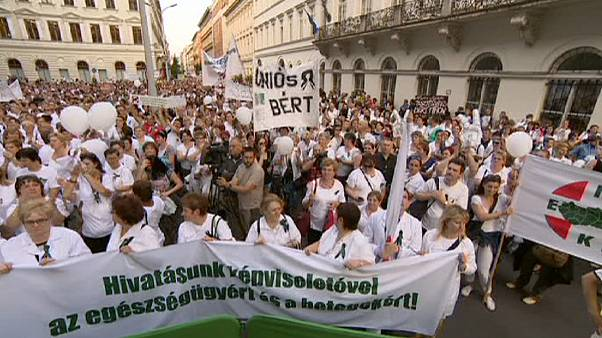 Ungarns Krankenpfleger demonstrieren gegen niedrige Löhne