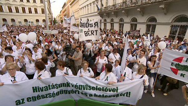 Macaristan'da sağlık emekçileri sokaktaydı