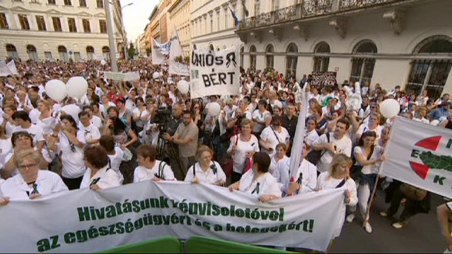 Más de diez mil profesionales sanitarios se manifiestan en Budapest