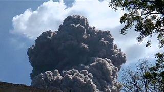 لحظة ثوران بركان تيليكا في نيكاراغوا