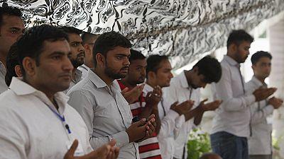 Pakistan, funerali collettivi per le vittime dell'attacco di Karachi