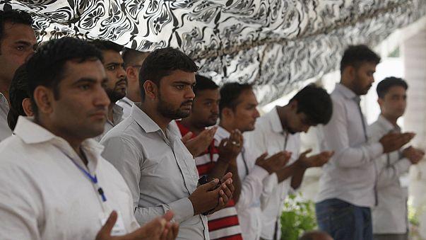 تشيع ضحايا الهجوم على الحافلة في كراتشي
