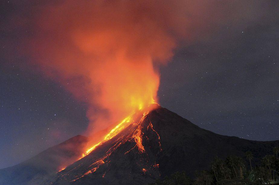 Indonésie : le volcan Karangetang en éruption