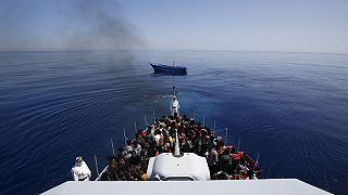 Centinaia di migranti salvati al largo della Libia