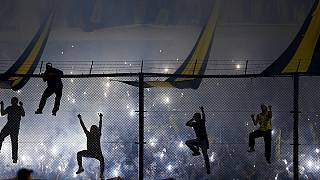 Boca Juniorslu holiganlar River Plateli futbolculara biber gazıyla saldırdı