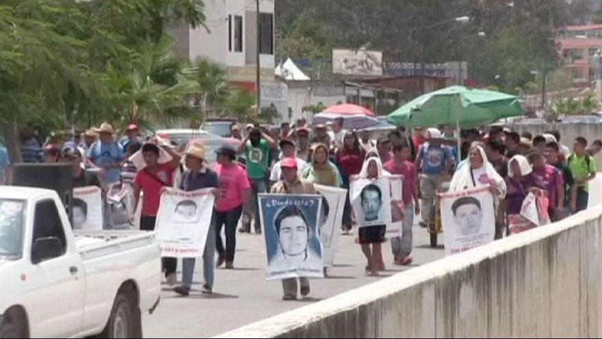 Messico: proteste contro decisione parlamento di sciogliere commissione d'inchiesta su 43 studenti scomparsi