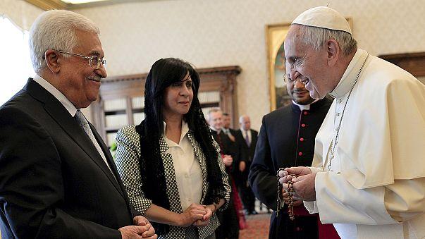 """Papa Francesco abbraccia il presidente palestinese Abbas. """"Un angelo della pace"""" In MO servono decisioni coraggiose"""