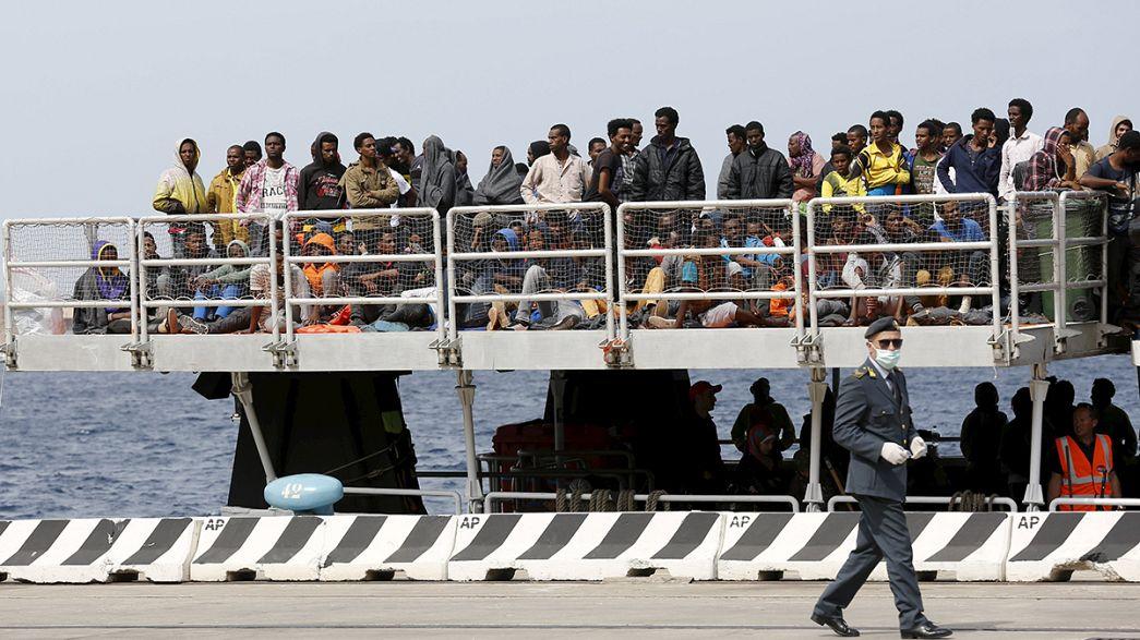 Italia: más de 400 inmigrantes rescatados en el mar