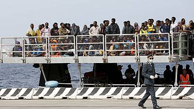 Migrant crisis: Hundreds more people flock to Italy