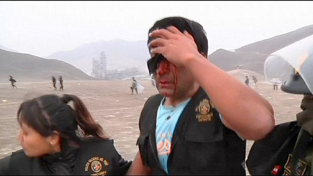 Temetői területfoglalók és rendőrök harca Peruban