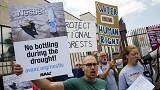 Medio millón de firmas para que Nestlé deje de embotellar agua en California