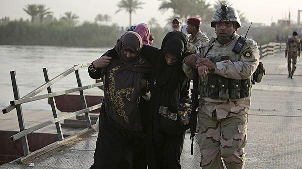Ramadi'den kaçan siviller Bağdat yollarında