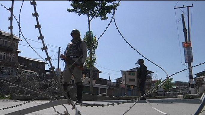 A szeparatisták vezetőjének őrizete ellen tüntettek Kasmírban