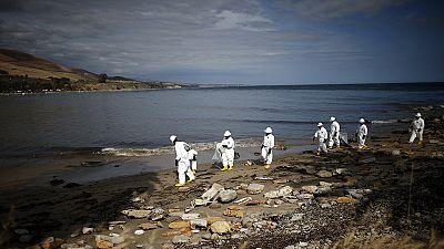 """Limpeza de 400.000 litros de petróleo na costa da Califórnia pode demorar """"meses"""""""