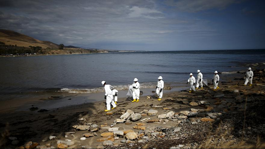 California. Mesi per ripulire la costa dopo fuga di greggio a Santa Barbara