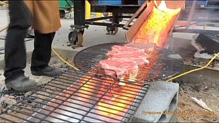 يشوي حتى شريحة لحم على الحمم المنصهرة
