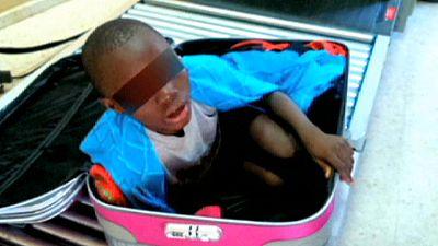 Der in einem Koffer geschmuggelte Junge darf in Spanien bleiben