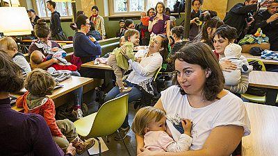 """""""Non puoi allattare qui"""". Protesta delle mamme in un McDonald's di Budapest"""