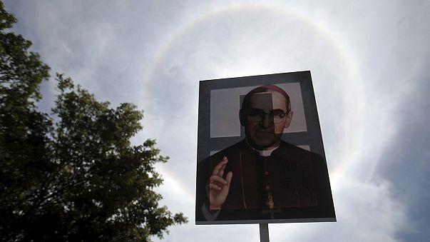 San Salvador'un efsane Başpiskopos'u Romero için dev tören
